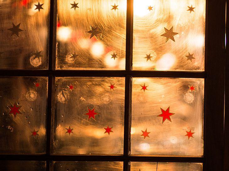 Weihnachtliche Sterne an der Scheibe
