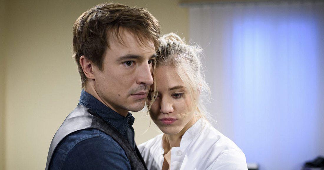 Ein inniger Moment zwischen Alicia und Viktor.