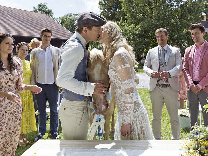 Am Ende der Trauung küssen sich Viktor und Alicia.