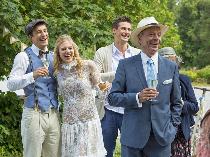 Unter den Hochzeitsgästen herrscht eine ausgelassene Stimmung.