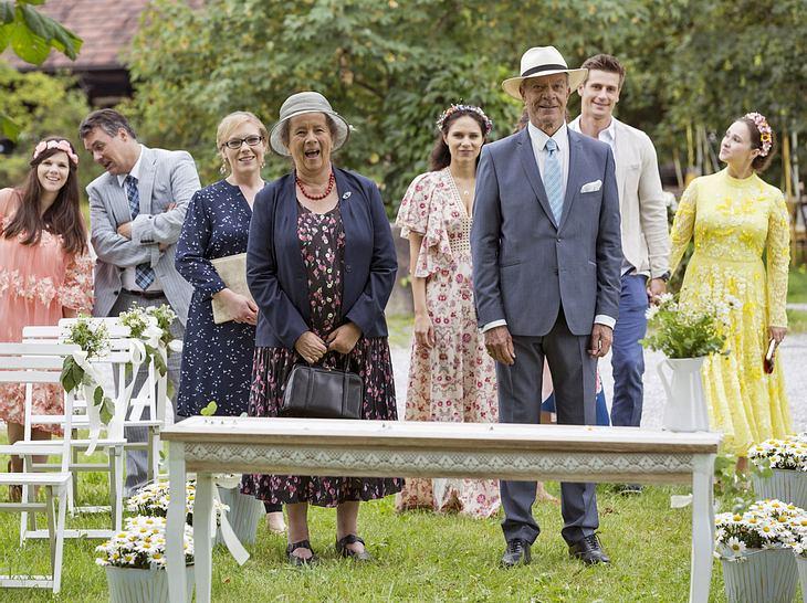 Die Hochzeitsgäste des Sturm-der-Liebe-Paars sind sehr erleichtert.