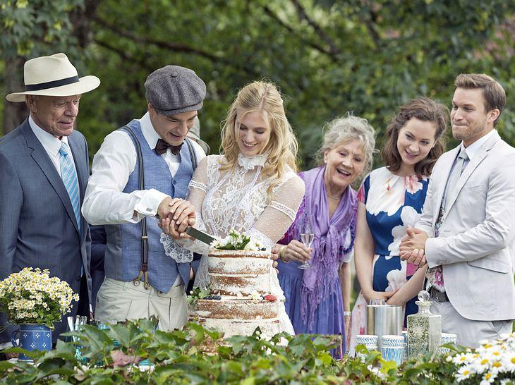 Umringt von ihren Fürstenhof-Freunden feiern Viktor und Alicia ihre Hochzeit.