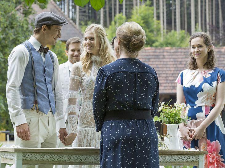 Viktor und Alicia treten vor die Standesbeamtin und machen ihre Liebe offiziell.