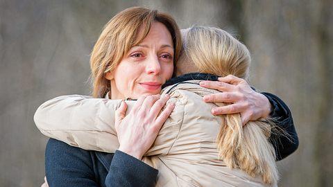 Ariane verabschiedet sich bei Sturm der Liebe von Selina. - Foto: ARD/Christof Arnold