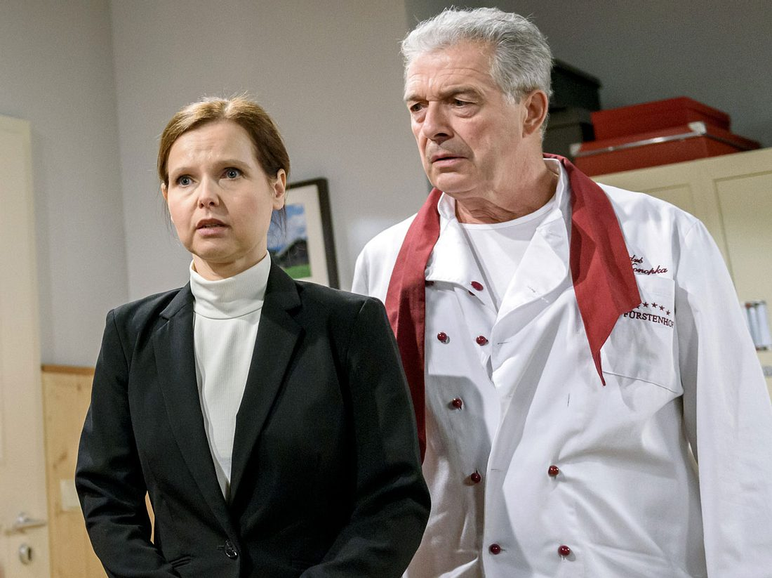 Melli (Bojana Golenac) verlässt André (Joachim Lätsch) und den Fürstenhof.