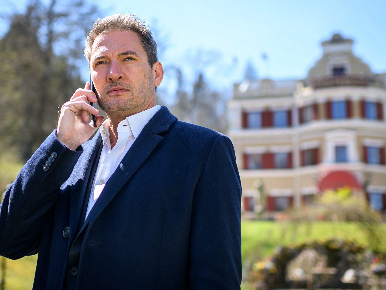Christoph (Dieter Bach) telefoniert nachdenklich.