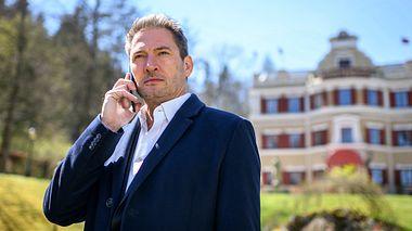 Christoph (Dieter Bach) telefoniert nachdenklich.  - Foto: ARD/Christof Arnold