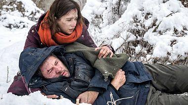 Sturm der Liebe: Eva und Christoph kämpfen in der Wildnis ums Überleben. - Foto: ARD/Christof Arnold