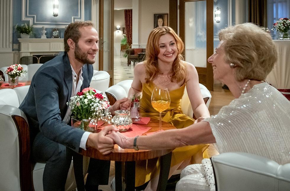 Florian und Constanze tun bei 'Sturm der Liebe' so, als seien sie verlobt.