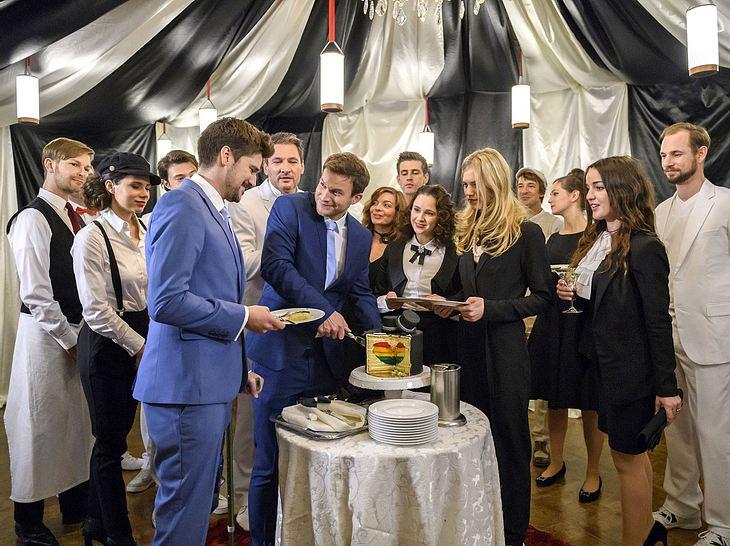 Sturm der Liebe: Nach der Trauung von Boris und Tobias gibt es Kuchen.