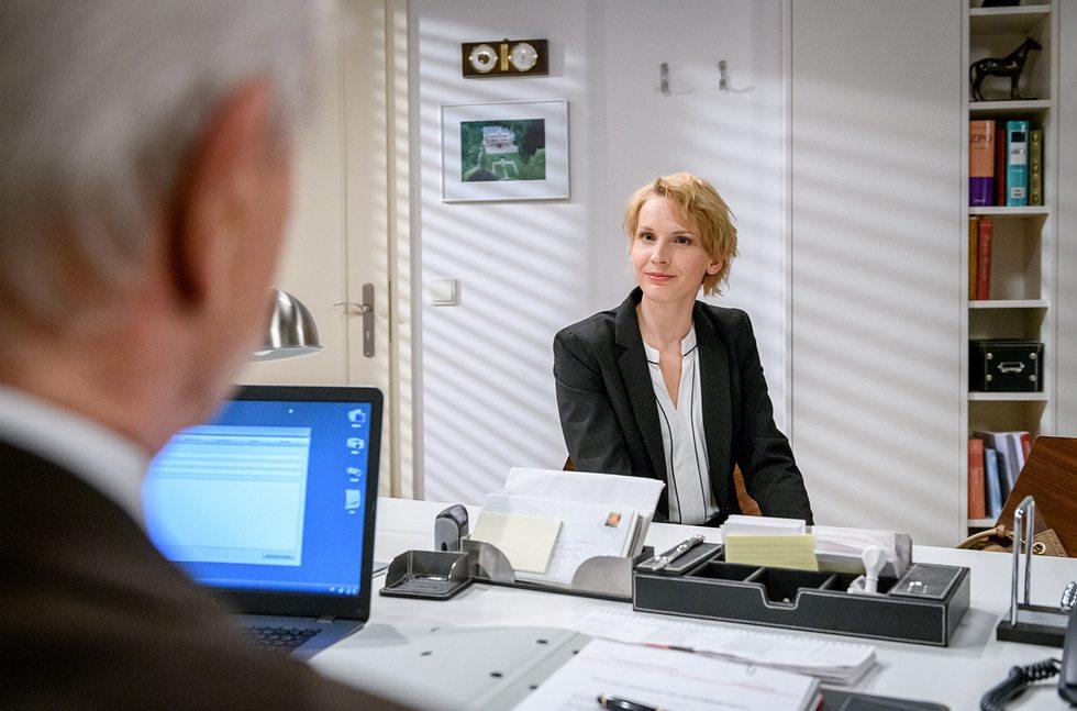 Ilona (Jenny Langner) macht Werner (Dirk Galuba) bei 'Sturm der Liebe' ein unmoralisches Angebot.