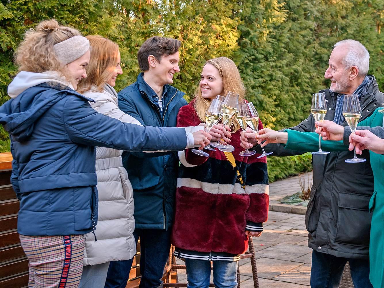 Joell und Lucy verabschieden sich vom 'Sturm der Liebe'-Fürstenhof.