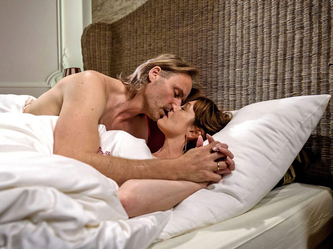 Bei Sturm der Liebe beginnen Michael und Xenia doch noch eine Affäre.