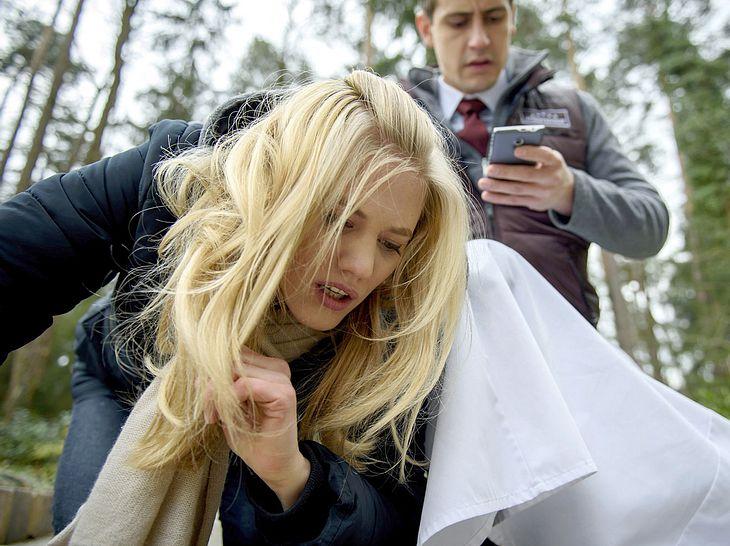 Bei Sturm der Liebe wird Alicia böse hintergangen - und sie bricht schließlich vor Paul zusammen.