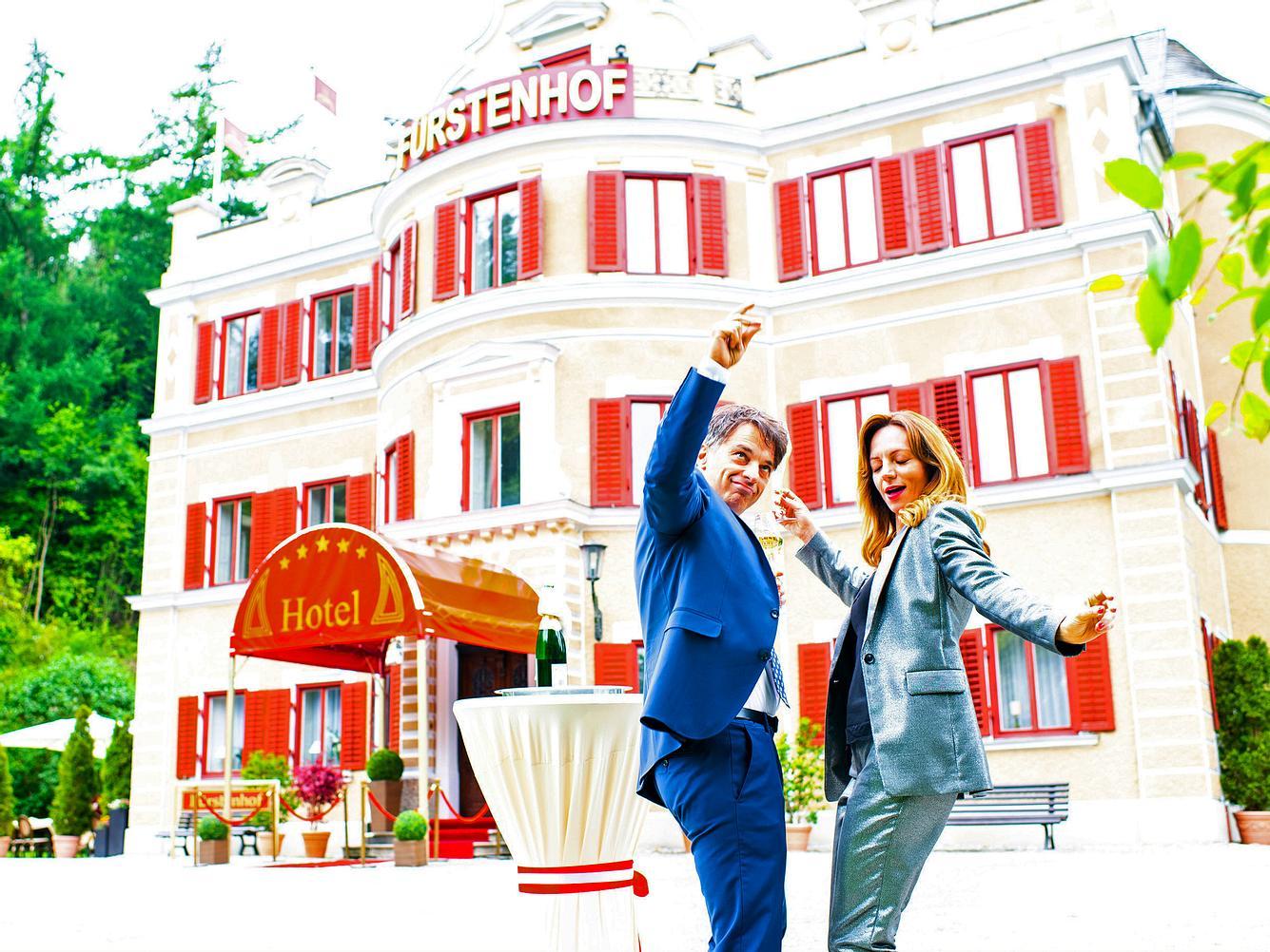 Robert und Ariane tanzen vor dem Fürstenhof von 'Sturm der Liebe'.