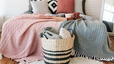 Verschiedene Tagesdecken auf einem Bett - Foto: iStock/Yuriy Kovtun