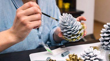 Aus Tannenzapfen lassen sich schöne Deko-Elemente basteln.