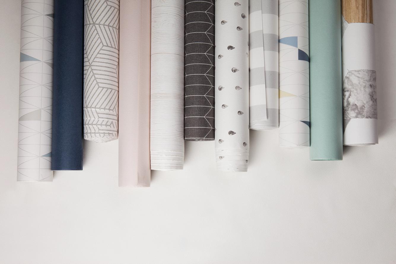 Verschiedene Tapeten mit Mustern auf weißem Hintergrund