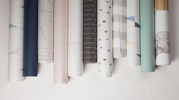 Verschiedene Tapeten mit Mustern auf weißem Hintergrund - Foto: iStock/lhooq_kor