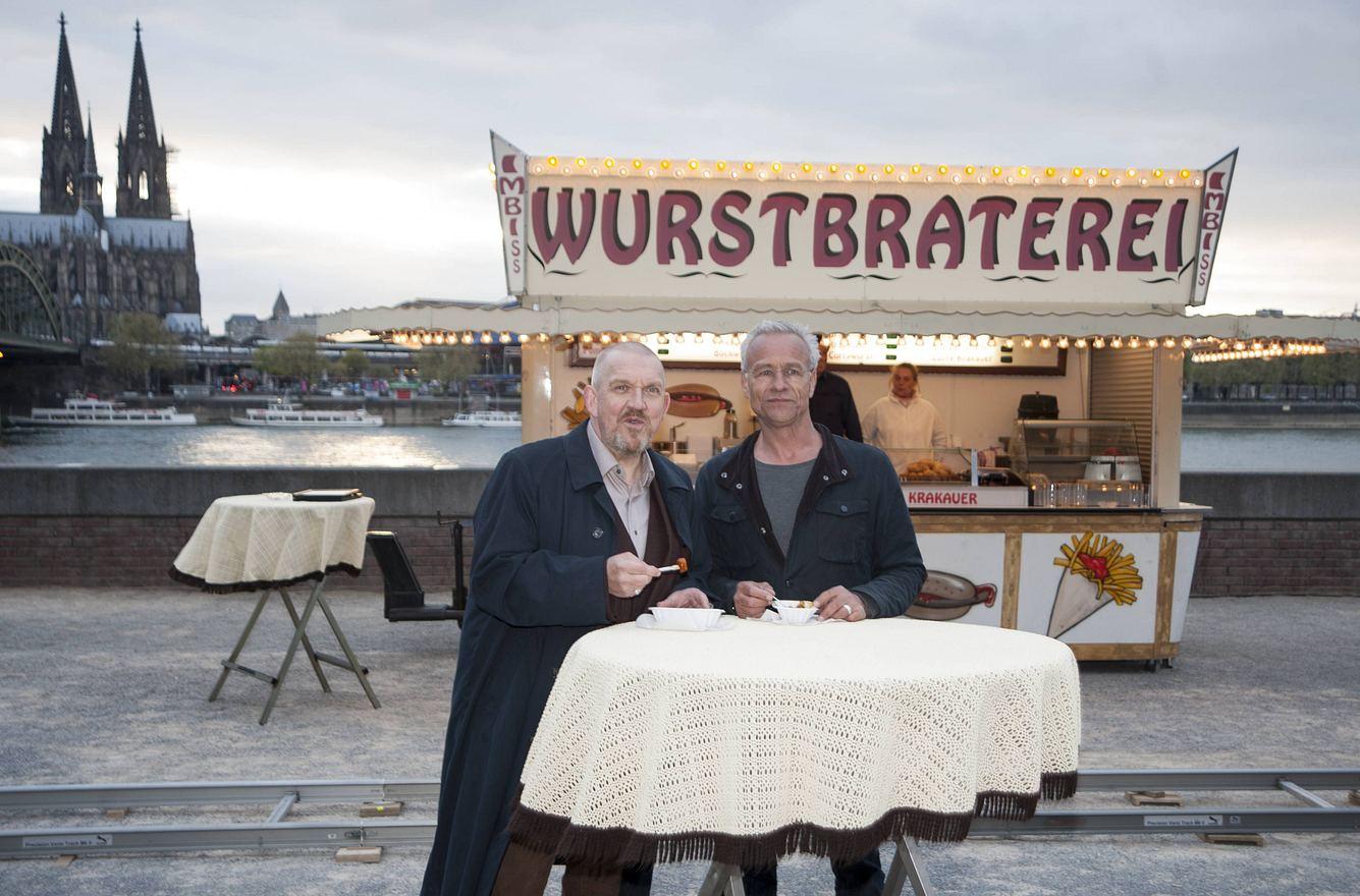 Die Schauspieler Dietmar Bär und Klaus J. Behrendt während Dreharbeiten zum Kölner 'Tatort' vor der Wurstbraterei.