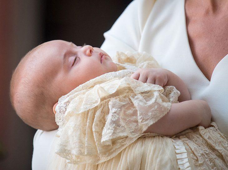Prinz Louis wird vor seiner Taufe von Mama Kate im Arm gehalten.