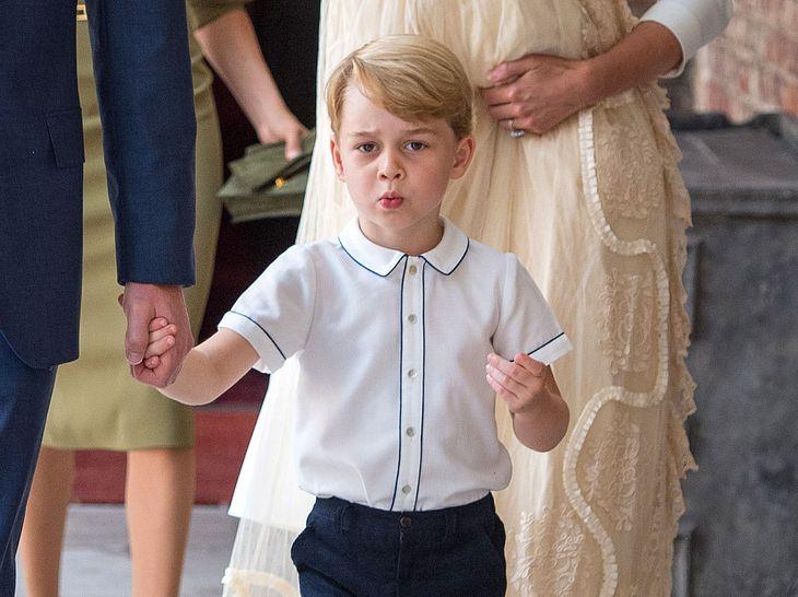 Prinz George auf dem Weg zur Taufe seines Bruders Louis.