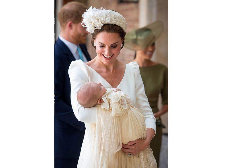 Die stolze Mutter Herzogin Kate mit Baby Louis vor dessen Taufe.
