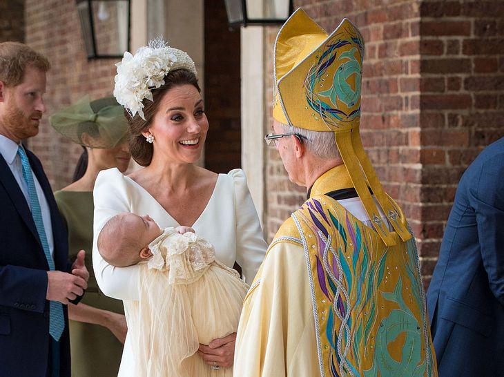 Herzogin Kate im Gespräch mit Erzbischof Justin Welby, der die Taufe von Prinz Louis durchführte.