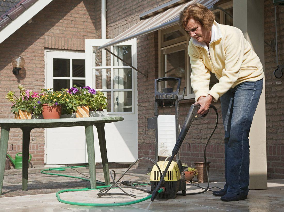 Terrasse reinigen: So werden Steinplatten & Co. wieder richtig sauber