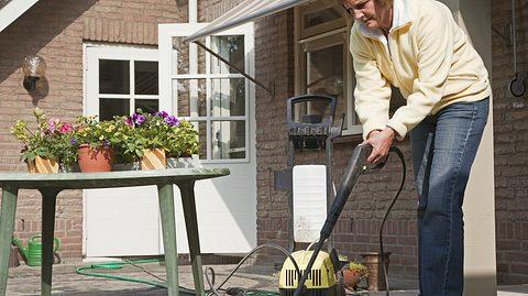 Terrasse reinigen: So werden Steinplatten & Co. wieder richtig sauber - Foto: Lya_Cattel / iStock