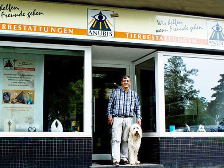 Jürgen Schnell mit seinem Hund vor dem Ladenlokal in Hamburg Wandsbek.