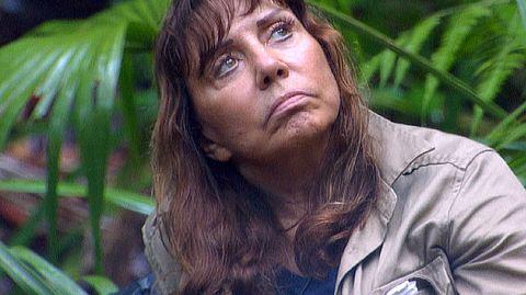 Tina York, Kandidatin beim Dschungelcamp 2018, wird von Schwester Mary Roos unterstützt. - Foto: MG RTL D