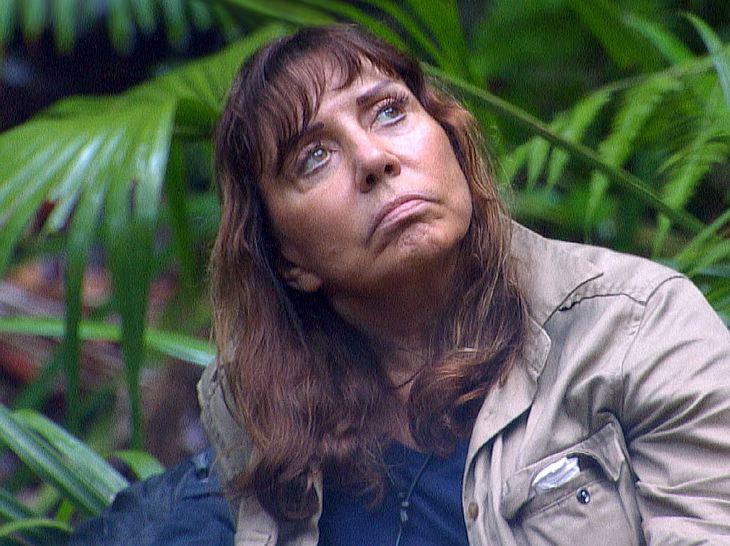 Tina York, Kandidatin beim Dschungelcamp 2018, wird von Schwester Mary Roos unterstützt.