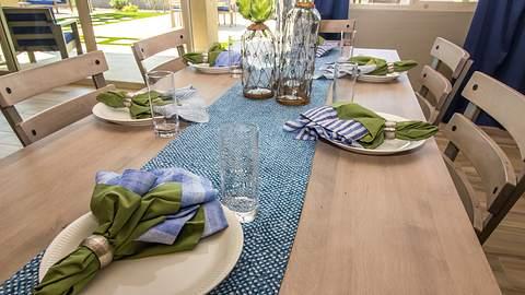 Blauer Tischläufer auf Holztisch - Foto: iStock/Thomas Bullock