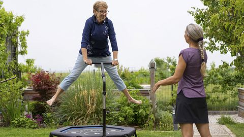 Ein Outdoor-Trampolin bringt Dynamik in den Garten - Foto: iStock/amriphoto