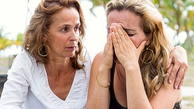 Wie Sie die Trauerbewältigung einer Freundin/eines Freundes oder einer/eines Angehörigen unterstützen können. - Foto: Juanmonino / iStock