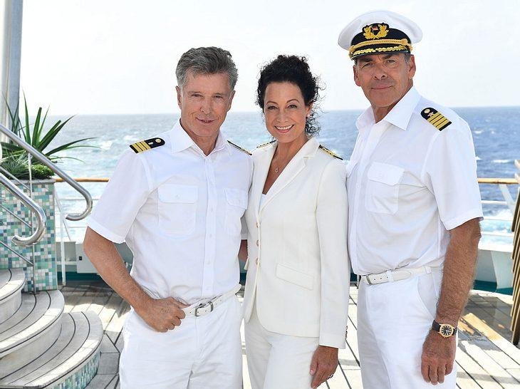 Henne im Korb: Barbara Wussow mit ihren Traumschiff-Kollegen Nick Wilder und Sascha Hehn.