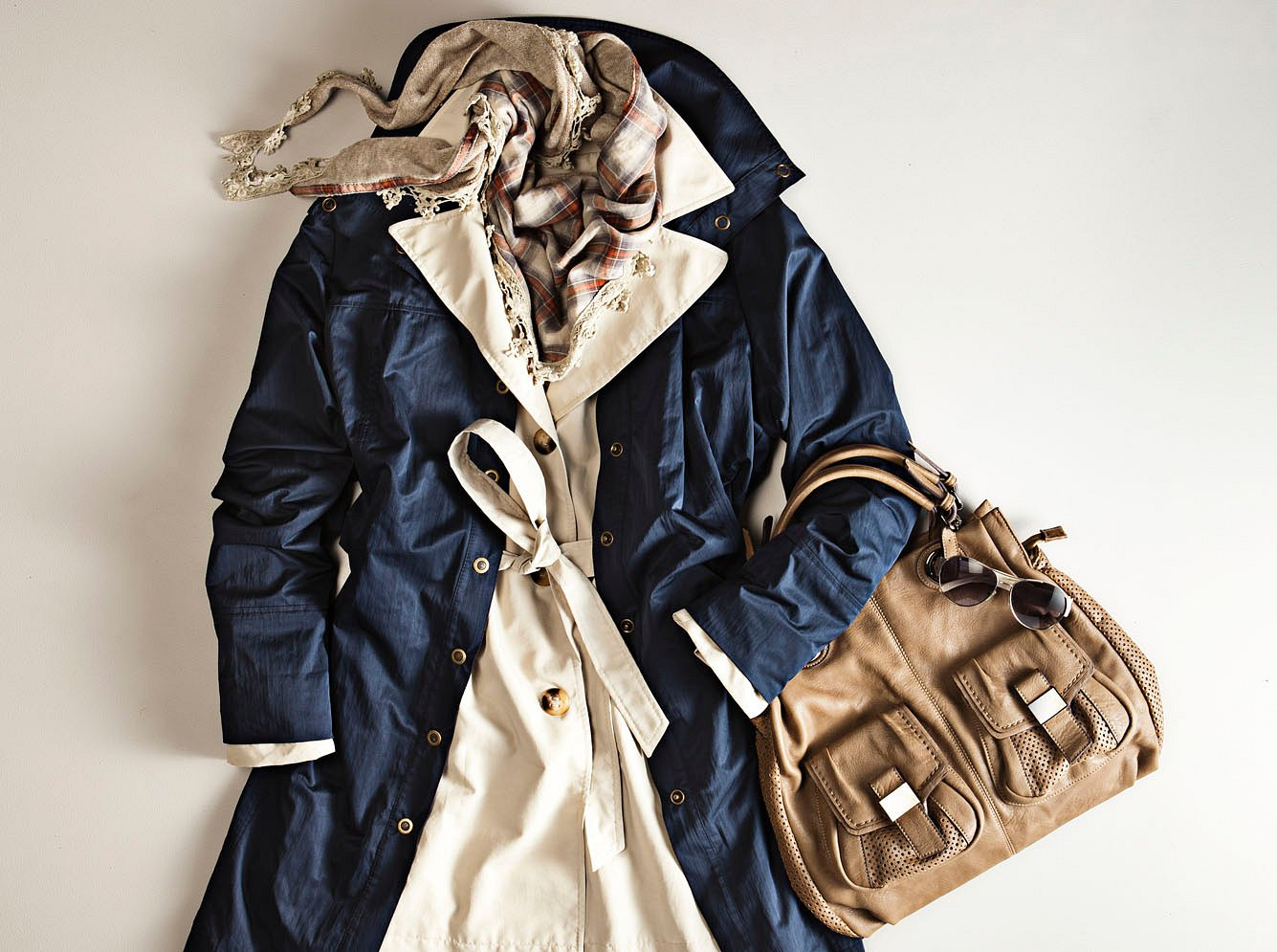 Trenchcoat 2021: Outfit als Flatlay