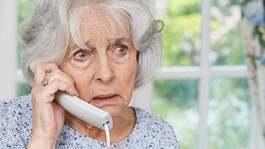 Alte Frau Telefon - Foto: Highwaystarz-Photography / iStock