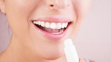 Frau mit Lippenpflegestift