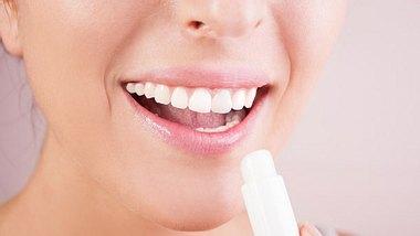 Das sind die besten Tipps gegen trockene Lippen. - Foto: petrunjela / iStock