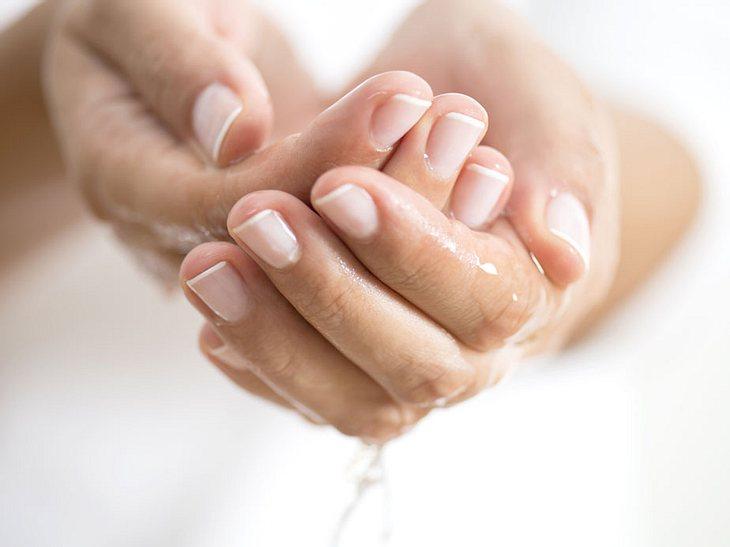 Trockene und rissige Nagelhaut: Das macht Nagelbetten wieder weich