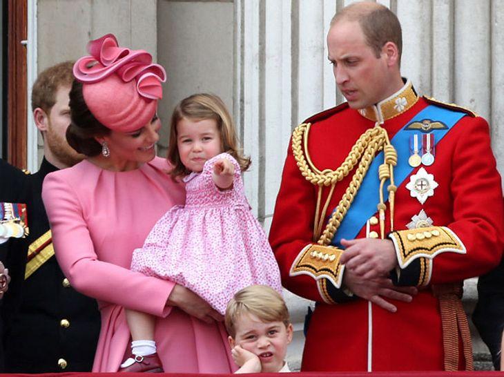 Charlotte zeigt Kate Middleton etwas.