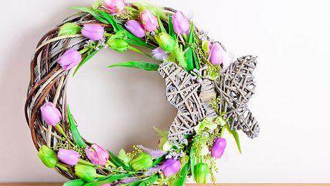 Türkranz für den Frühling selber machen - Foto: Hamikus / iStock