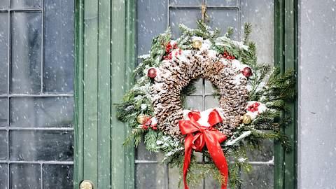 Selbstgemachter Türkranz zu Weihnachten.  - Foto: lenta / iStock