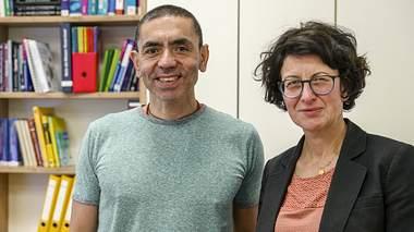 Die Wissenschaftler Prof. Dr. med. Uğur Şahin und Dr. Özlem Türeci. - Foto: imago images / Sämmer