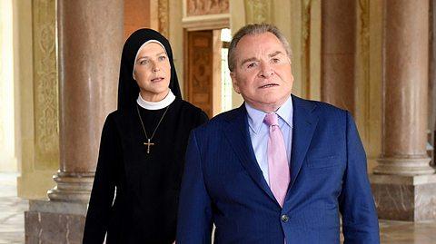 Janina Hartwig als Schwester Hanna und Fritz Wepper als Bürgermeister Wöller in Um Himmels Willen.  - Foto:  ARD/Barbara Bauriedl