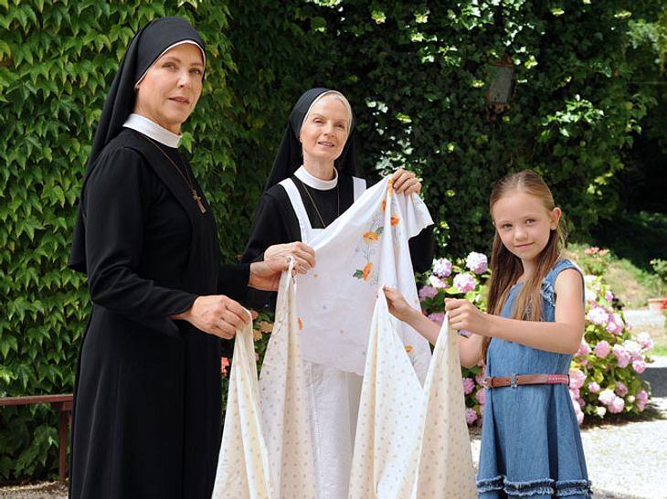 Um Himmels Willen: Maja Fellner (Romy Butz, r.) will Nonne werden und hilft Schwester Hanna (Janina Hartwig, l.) und Schwester Agnes (Emanuela von Frankenberg, M.) schon fleißig bei der täglichen Arbeit.