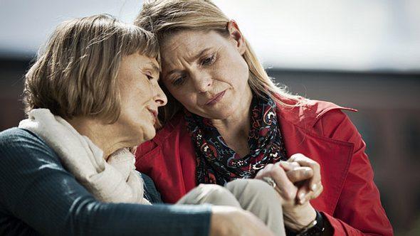 Erkranken Verwandte an Depression, sollten sich Angehörige an professionelle Ratschläge im Umgang mit Depressiven halten. - Foto: efenzi / iStock