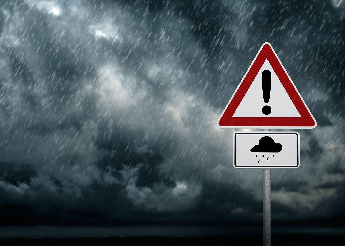 Ein Verkehrsschild warnt vor Unwettern.
